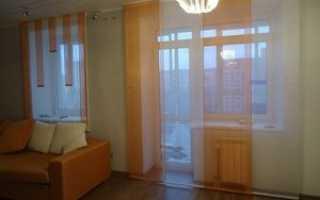Шторы на окно с балконной дверью: оформление для зала, спальни, на кухню, фото
