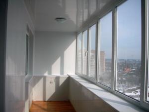 Установка кондиционера на застекленном балконе несколько сложнее, чем на открытом