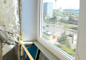 Чем закрыть щели на балконе