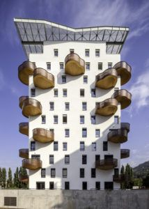 здание с балконами