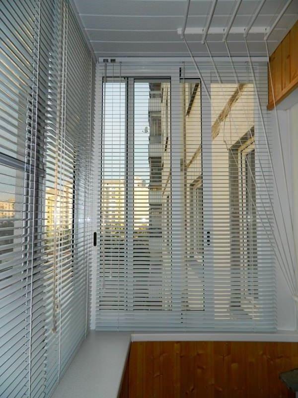 жалюзи для балкона с раздвижными окнами