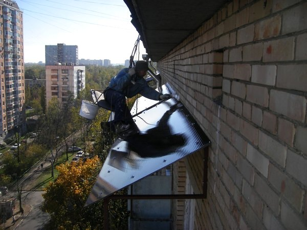 Монтаж навесного козырька над балконом