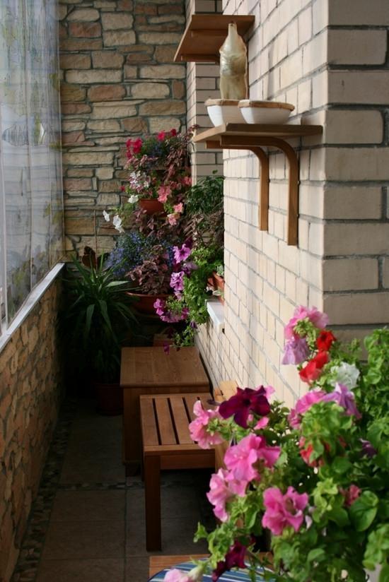 отделка маленького балкона внутри