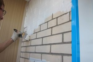 Покраска стены из кирпича