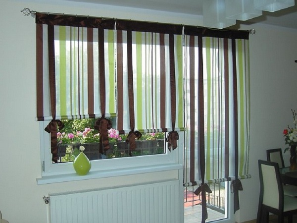 рулонные шторы на кухне с балконом