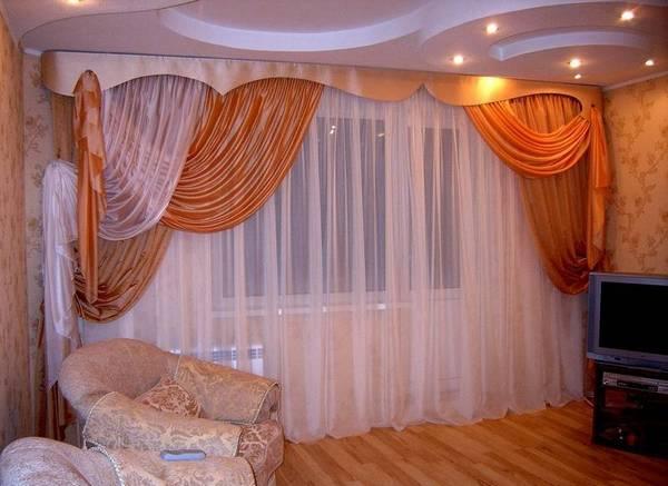 оформление окна с балконной дверью в спальне