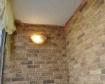 Искусственный камень на стенах балкона