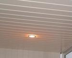 Потолок на лоджии пластиковыми панелями