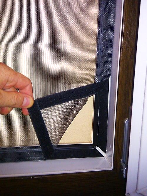 установить москитные сетки на окна