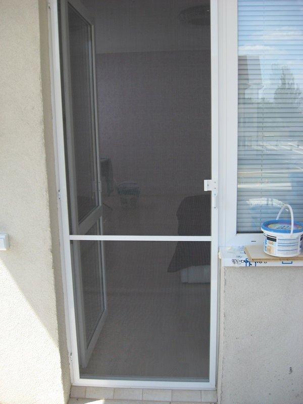 как установить москитную сетку на балконную дверь