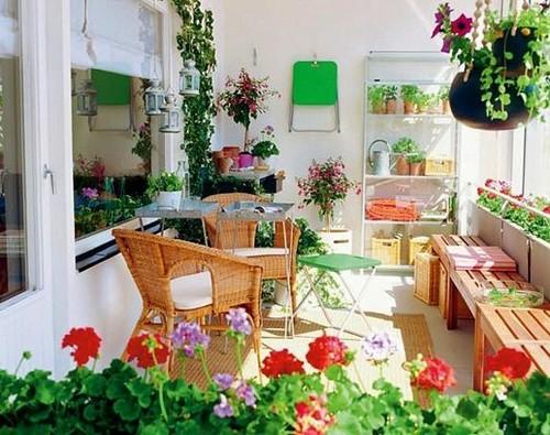 плетеная мебель на балконе